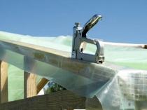 Крепление пленки к построенному из бруса каркасу теплицы