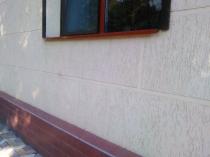 Декорирование фасада дома структурной штукатуркой короед