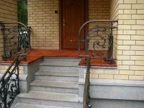 Бетонные ступеньки крыльца дома