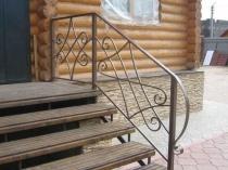 Деревянные ступеньки на металлическом каркасе
