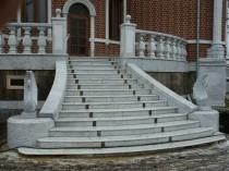 Лестница крыльца со ступеньками из бетона