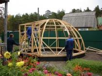 Сооружение каркаса деревянной теплицы шарообразной формы