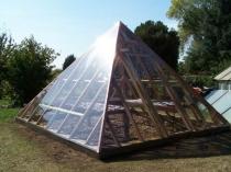 Деревянная теплица в форме пирамиды на дачном участке
