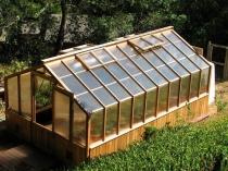 Деревянная теплица домиком с форточками на крыше