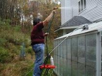 Очистка поликарбонатной теплицы при подготовке к зиме