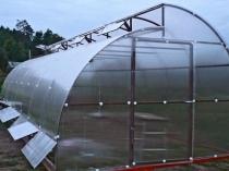 Дачная теплица с двухуровневой крышей