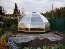 Установка на даче поликарбонатной теплицы с купольной крышей