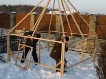 Постройка деревянного каркаса для дачной теплицы пирамиды