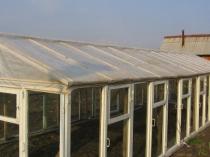 Теплица из деревянных оконных рам и пленочной крышей