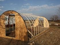 Установка деревянных фронтонов на каркас теплицы из труб пвх