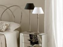 Тумбочка с зеркальной поверхностью в интерьере спальни
