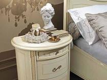 Овальная классического стиля тумбочка в спальне