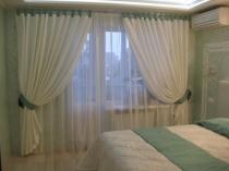 Прозрачная тюль с плотными белыми шторами на окне спальни