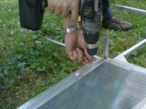Установка листов поликарбоната на каркас дачной теплицы