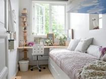 Установка в узкой спальне дивана с вместительными ящиками