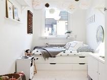 Отделка белым цветом потолка и стен узкой спальни