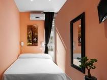 Установка на длинной стене узкой спальни зеркала