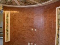 Декорирование стены витражами и венецианской штукатуркой