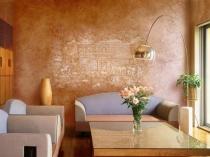 Фреска на венецианской штукатурке в гостиной