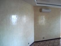 Глянцевая поверхность стены с отделкой венецианской штукатуркой