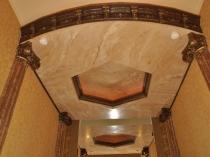 Декорирование двухуровневого потолка венецианской штукатуркой и молдингом