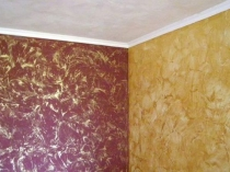 Венецианская штукатурка с золотистыми разводами на стене комнаты
