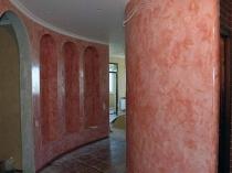 Арочный коридор с отделкой стен розовой венецианской штукатуркой