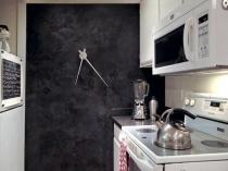 Монохромная кухня с отделкой стены венецианской штукатуркой