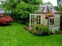Маленькая беседка-садовый домик