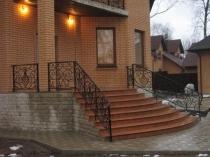 Высокое крыльцо с широкой лестницей