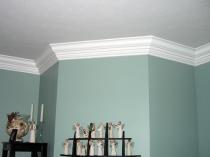 Плинтус для потолка в помещении с выступом