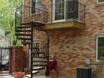 Компактная винтовая лестница на мансардныйх этаж