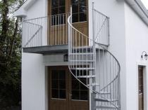Простая металлическая лестница на мансарду с балконом