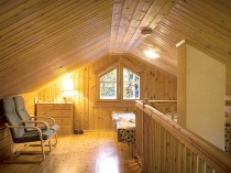 Фото мансарды, на стена и потолке деревянная вагонка