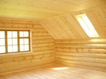 Частичная отделка стен и потолка мансарды вагонкой из дерева