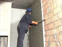 Выравнивание кирпичной стены штукатуркой по маякам