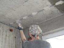 Установка маяков на потолке для выравнивания поверхности штукатуркой