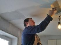 Нанесение тонкого слоя штукатурки для выравнивания потолка