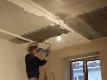 Выравнивание потолка штукатуркой после заделки швов