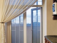 Распашные двери из стекла на балкон
