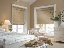 Бамбуковые римские шторы в цвет отделки стен спальни