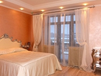 Воздушные белые занавески в классическом дизайне спальни