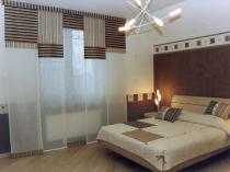 Японские занавески с поперечными и продольными полосками в спальне