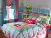 Комбинация коротких римских занавесок и длинных из кисеи в спальне