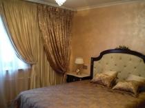 Классические плотные занавески из двух полотен в спальне