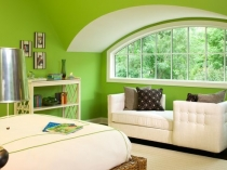 Свежий насыщенный оттенок зеленого цвета в отделке стен спальни