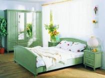 Зеленая мебель в спальне деревенского стиля
