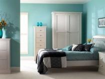 Белая мебель и светло-бирюзовые стены в дизайне спальни