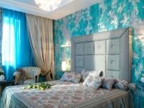 Спальня прованс с цветочными бирюзовыми обоями