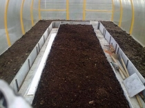 Вскапывание земли в теплице для подготовки к зиме